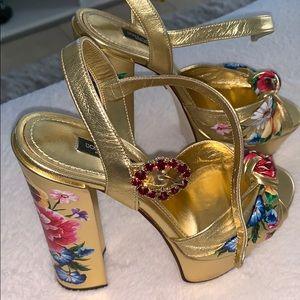 Beautiful dolce gabbana gold plataforma 😍